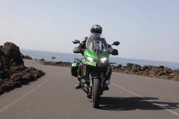 Green Kawasaki Versys 1000 SE on a road in Lanzarote