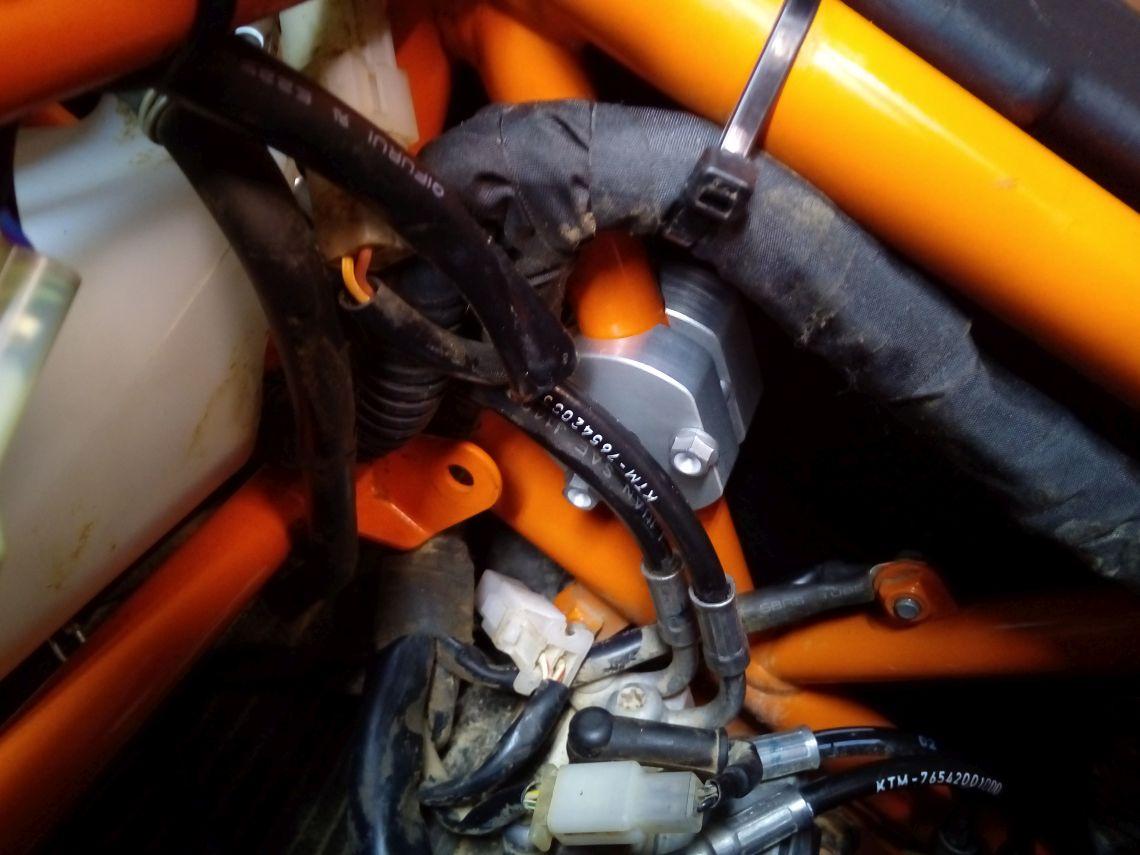 Fuel tank mounting bracket
