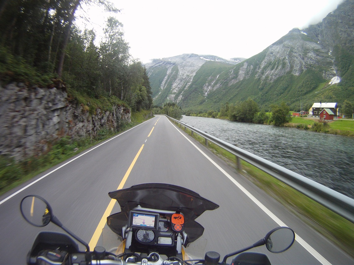 Overlanders-the-approach-to-the-Trollstigen-pass-by-David-Rynhart